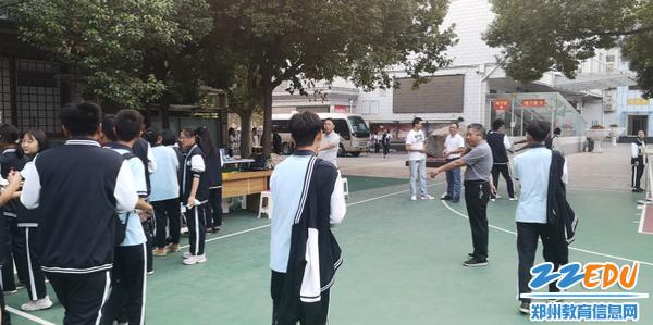 组织引导学生排队