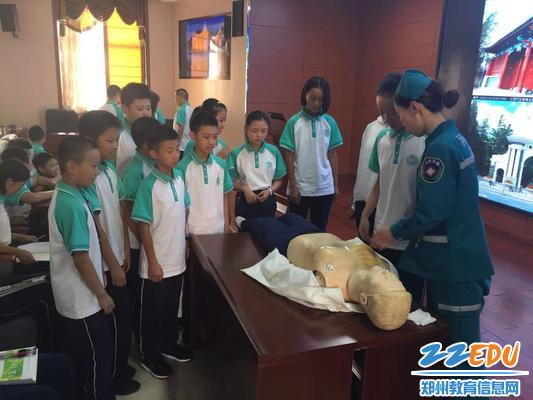 3 医护人员手把手地教同学们如何进行心肺复苏操作