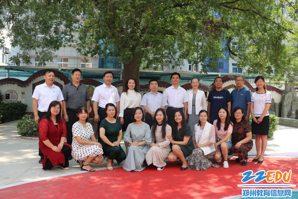 7区领导在二七区淮河东路小学慰问