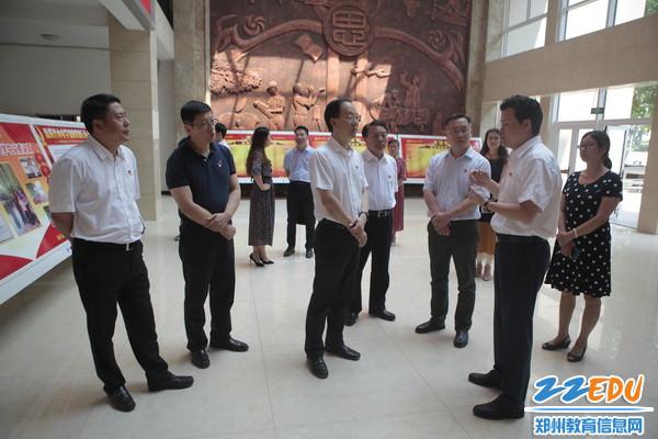 9区领导在郑州市第二中学慰问