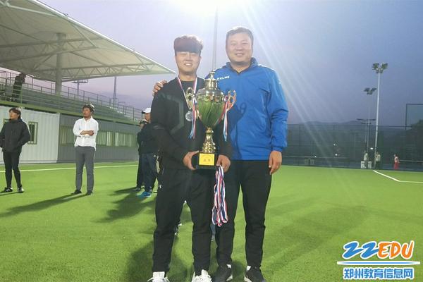4郑州第七十三中学足球队主教练车向前与教练李超