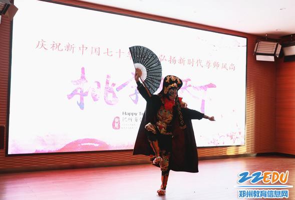 学生表演川剧《变脸》