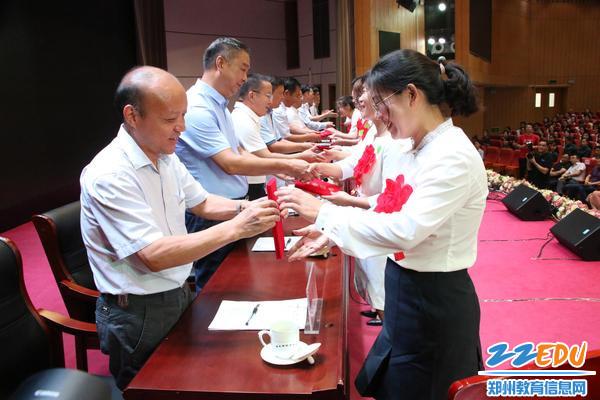 出席会议的领导为受表彰教师颁发证书