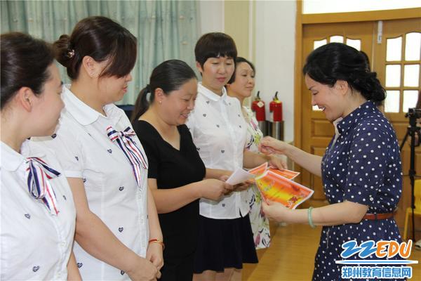 4.市实验幼儿园党总支书记张莉为优秀教职工颁发证书