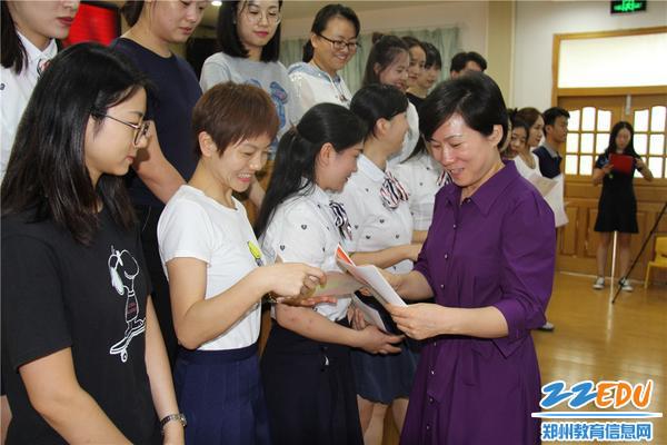 6.市实验幼儿园园长郝江玉为优秀教师颁发证书