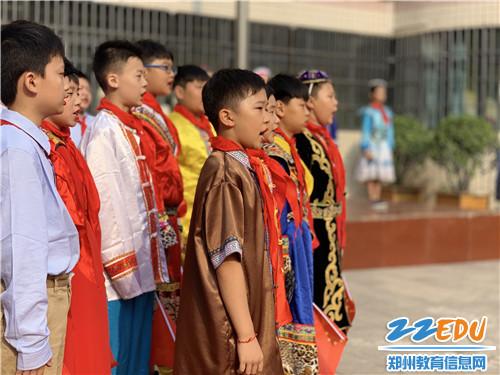 4.金水区实验小学学生进行《我们爱你啊,中国》演讲