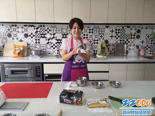 穆书冰老师提前准备烘焙材料和工具