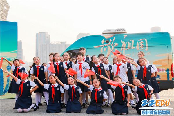 孩子们用歌声祝福祖国 (2)