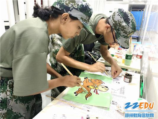 同学们画画的时候真是一丝不苟