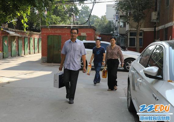 在孙国岩书记的带领下,校领导们走访慰问离退休老干部_meitu_1