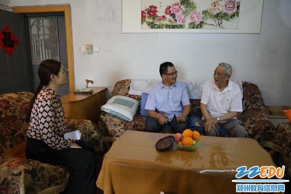 校领导们看望退休特级教师王镜川