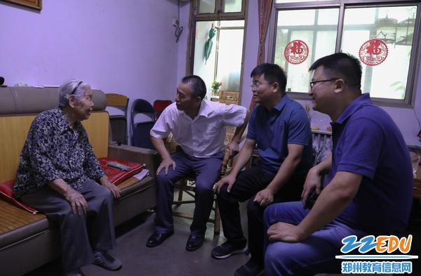 校领导们与离休干部黄俊英老师亲切交谈