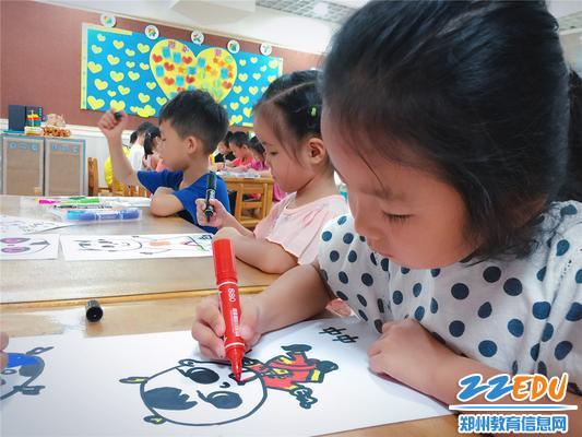 """孩子们用手中画笔画出自己的好朋友""""中中"""""""