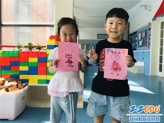 """孩子们展示自己绘画的""""中中""""肖像画"""