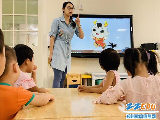 老师为孩子们播放民族运动会宣传片