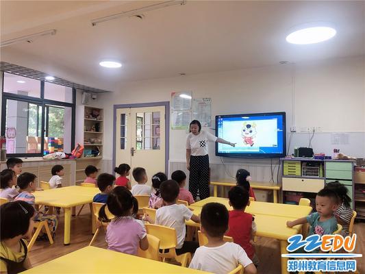 老师为孩子们介绍民族运动会相关内容
