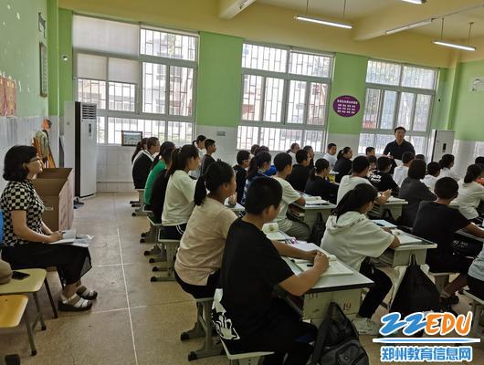 1902班学生认真听王维超老师讲解