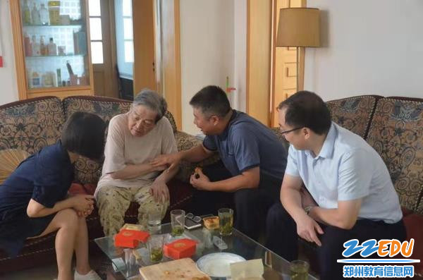 宋志强校长询问老教师身体情况