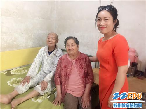 校团委副书记郑丽影叮嘱老教师照顾身体