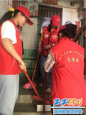 学生志愿者感念师恩为学校家属院打扫卫生