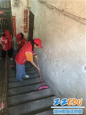 学生志愿者感念师恩为学校家属院打扫卫生 (2)