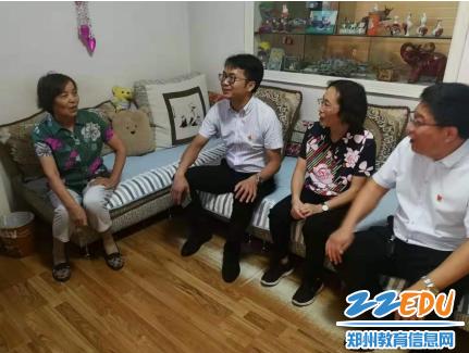 在退休教师李荣家中亲切交谈