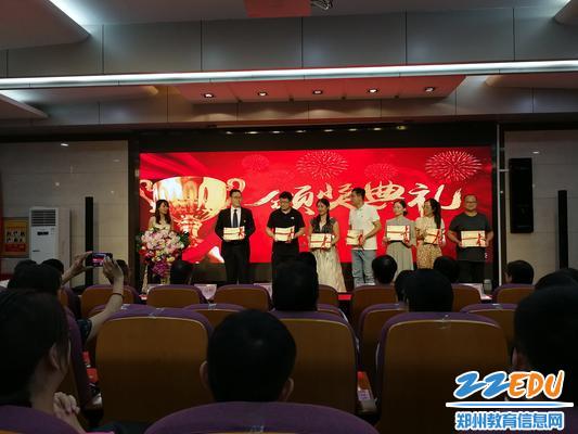 5.党员示范岗教师上台领取荣誉证书,他们无私忘我,以身作则,起模范带头作用,完美诠释优秀共产党员的内涵。 - 副本