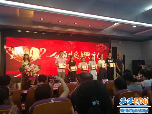 11.范丽萍等老师上台领取优秀通讯员荣誉证书,他们用镜头捕捉了八中的成长,用笔触记录了八中的点滴,让社会听见了八中的声音。 - 副本