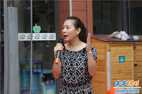 3.1郑州市教工幼儿园保教主任王向青主持本次主题活动