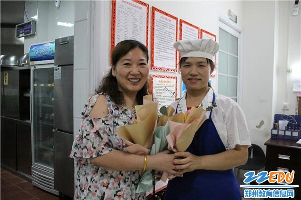 4.1郑州市教工幼儿园卫生保健主任李莹老师为员工送祝福