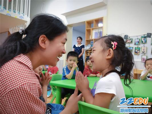 1小班宝贝和老师妈妈做手指游戏