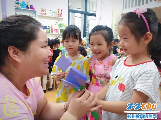 2中班宝贝做一朵小花送给最亲爱的老师