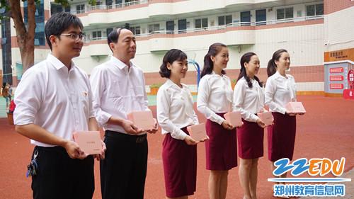 2.学校所有领导在校门口列队迎接老师的到来
