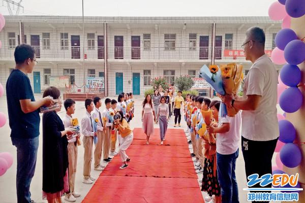 二七区马寨镇中心校:走红毯 赢惊喜4