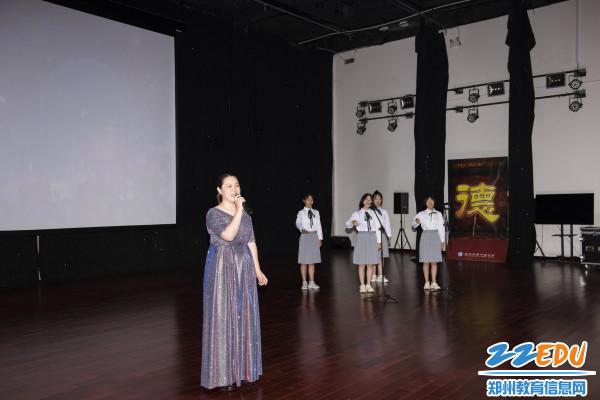 汪莉老师与学生同唱《最好的未来》