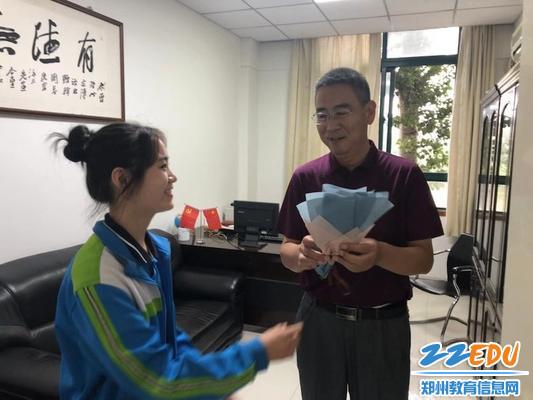 工会主席夏荣涛收到鲜花
