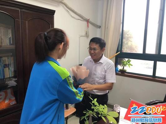 李旭副校长收到鲜花和祝福
