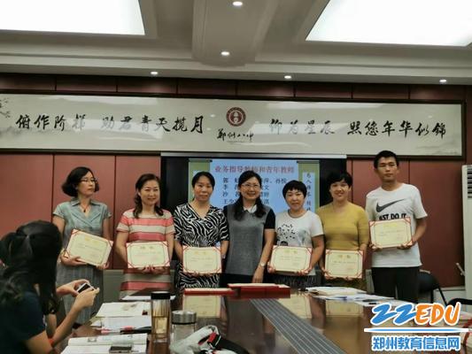 郑州八中副校长刘莘为师父们颁发聘书