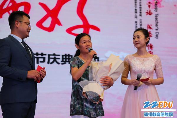7老教师代表胡剑霞校长发表感言