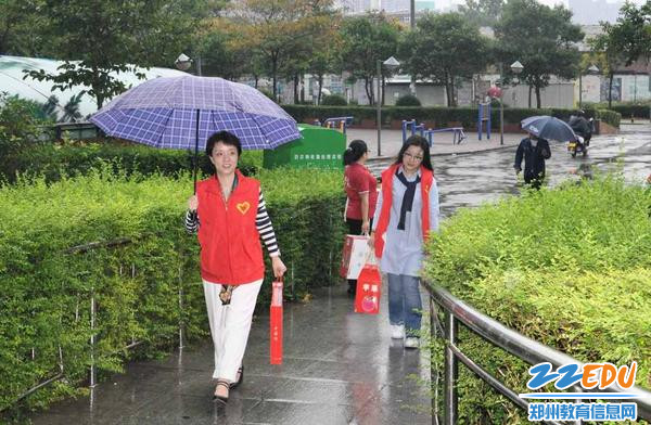 雨中赶赴紫宸社区