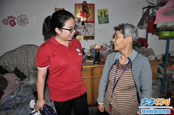 社区工作人员与老人聊天