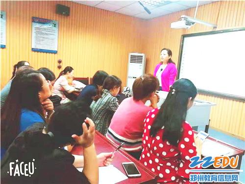 市教研室心理健康教研员付海瑞老师依据课例讲解心理健康教育发展前景