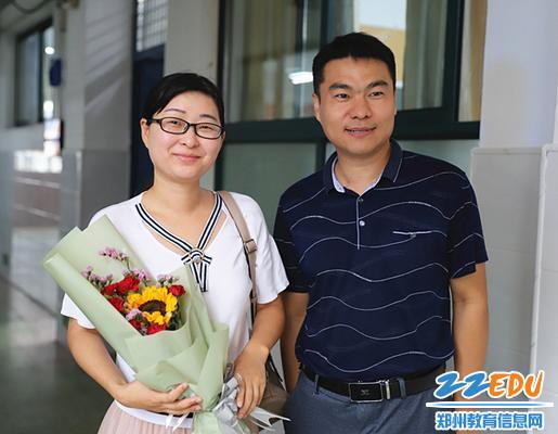 王海军副校长在教学楼里向老师送鲜花