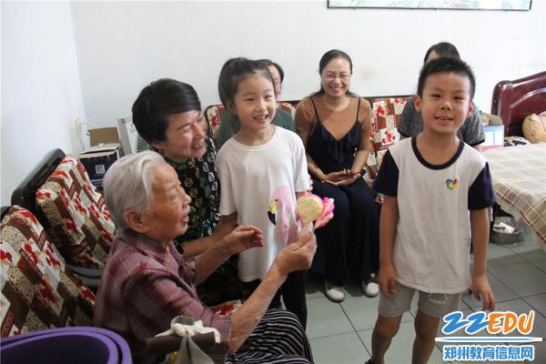 4。孩子们为贾老师送上节日祝福