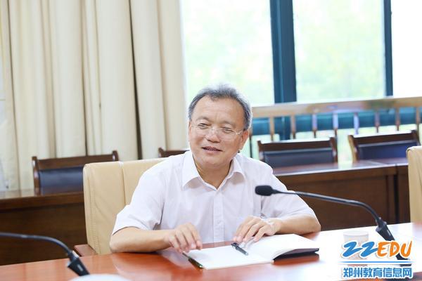 郑州市教育局副调研员崔林斌与学校领导班子座谈