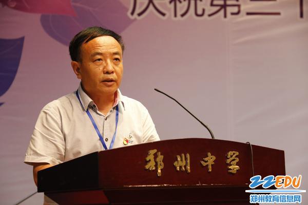 党总支副书记李文增宣读校级表彰决定