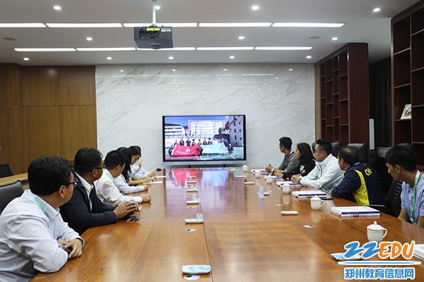 5郑州11中赴凉山州喜徳中学支教的两位老师带领同学们祝四川队在比赛中取得佳绩