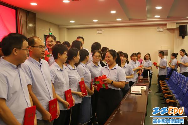 3师徒结对仪式上青年教师为师傅佩戴红花