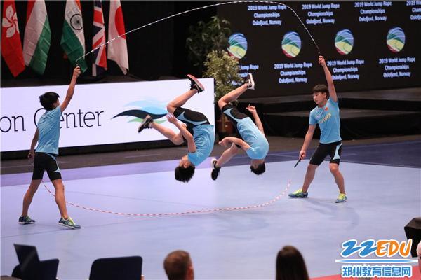 3郑州市第七十六中学在WJR跳绳世界杯比赛中进行男子四人交互花样空翻