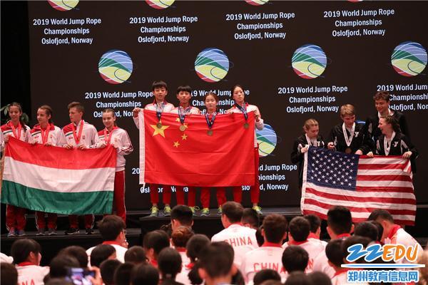 4郑州市第七十六中学在混合组交互花样比赛中夺得冠军